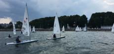 Auf der Wakenitz können sich an Pfingsten und in den Sommerferien Segel-Neueinsteiger auch ohne Mitgliedschaft ausprobieren.   (c) JA