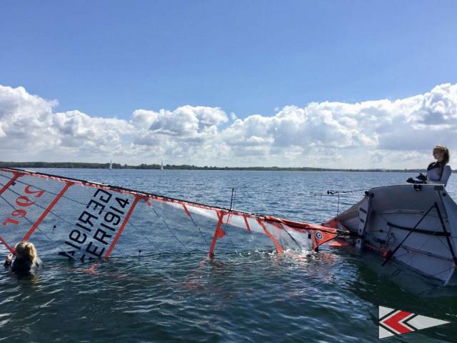Beim Kentern auf der Ziellinie ist Kontakt zum Boot zu halten, ansonsten gilt der Zieldurchgang nicht. | (c) Arne Holweg