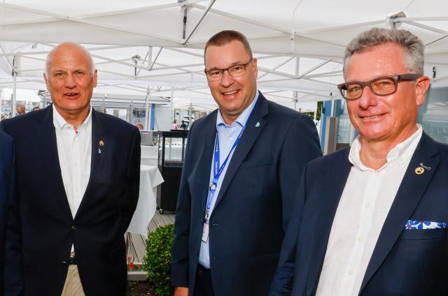 Jens Kath (Mitte) bleibt auch nach seinem Ausscheiden aus dem LYC-Vorstand der Sportdirektor der Travemünder Woche - sehr zur Freude des LYC-Vorsitzenden Lutz Kleinfeldt (rechts) und TW-Geschäftsführer Frank Schärffe (links)   (c) segel-bilder.de